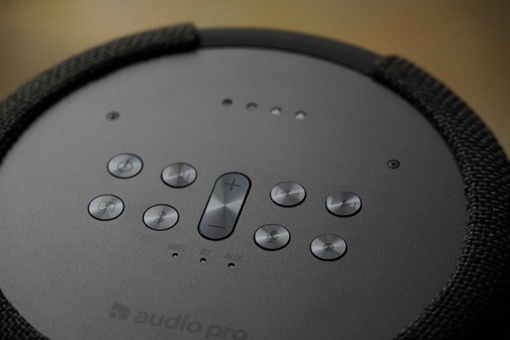 Knappar på topplattan på Audio Pro G10-högtalaren