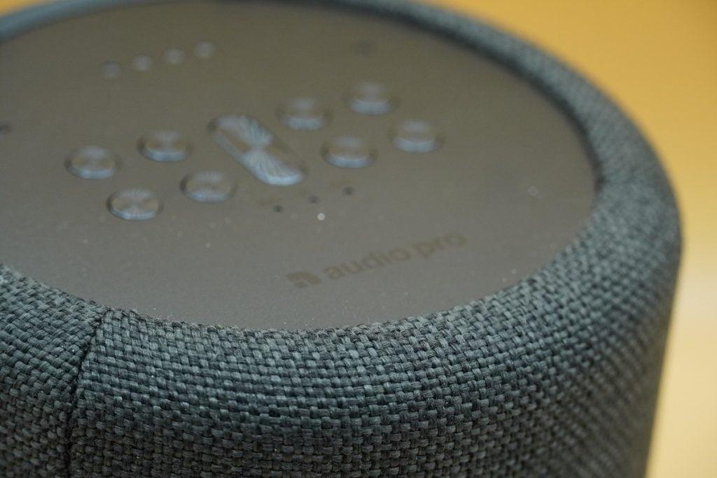 Detaljbild av tyg på Audio Pro G10