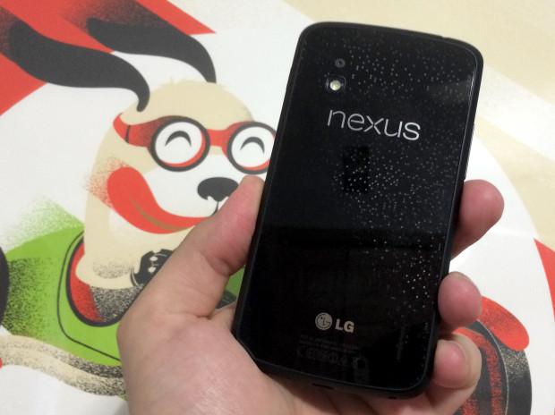 Utvecklare arbetar med en Nexus 4 Android L -port.
