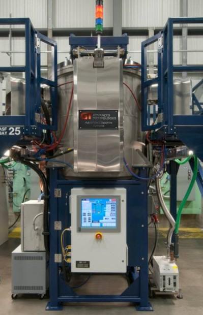 En maskin som denna är i behov av tekniker och anställda som en Apple -partner ökar anställningen för en ny iPhone och iPod på en anläggning i Arizona.