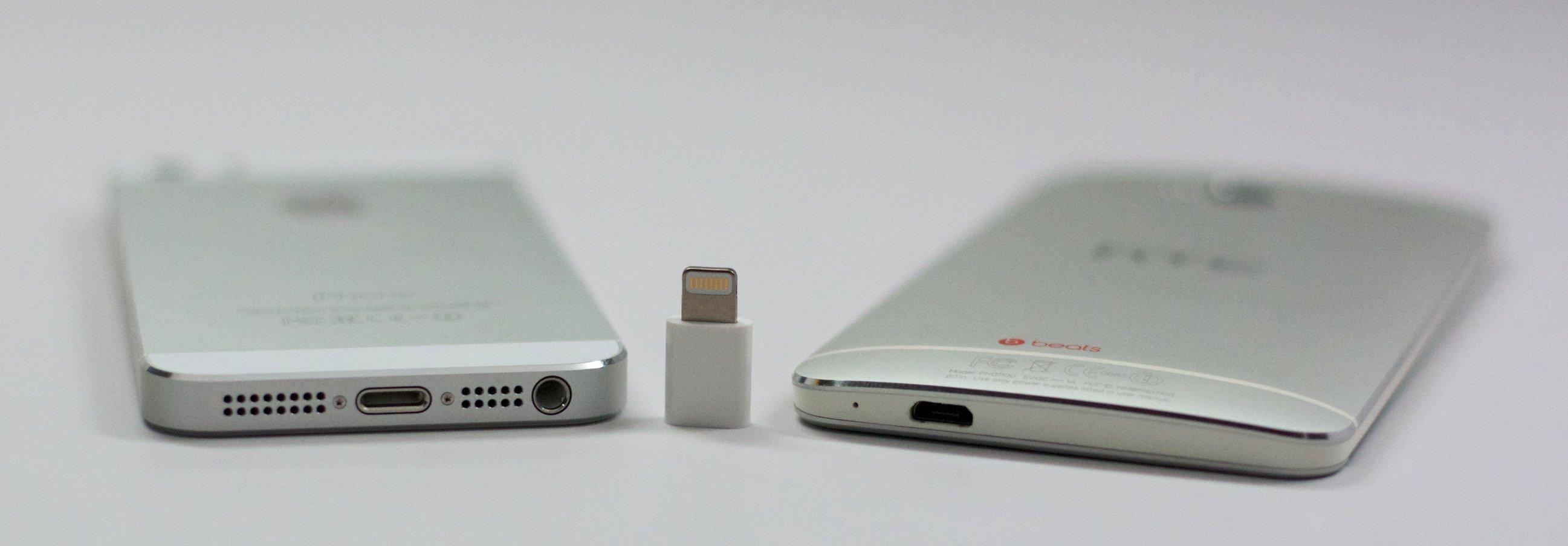 IPhone 5s använder en Lightning -anslutning och HTC One använder en Micro USB, men med en adapter kan samma kabel ladda båda.
