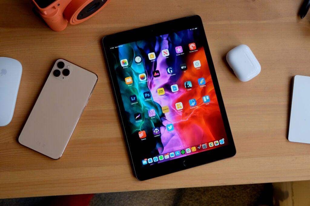 iPad 8 på skrivbordet